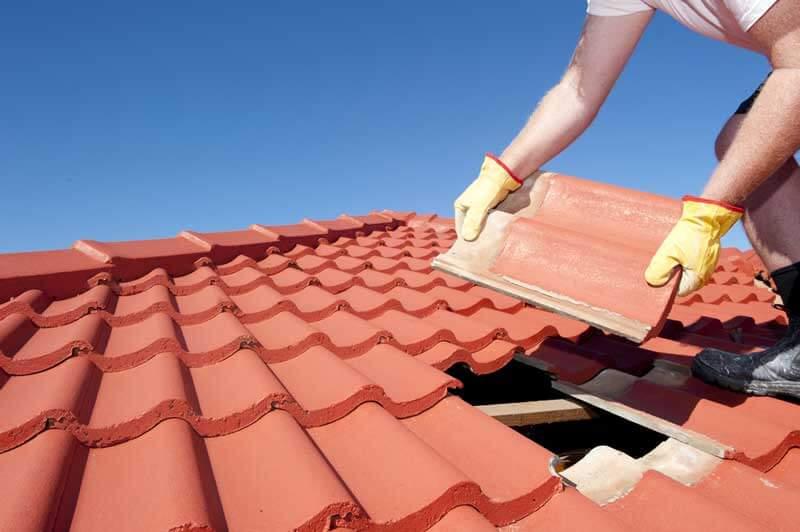 Dakpannen vervangen op een oud dak