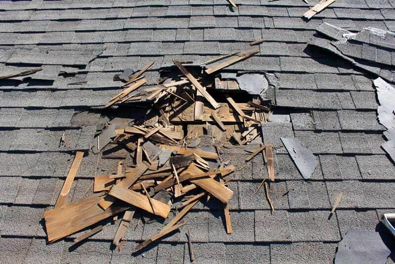 Een dak met leien heeft schade