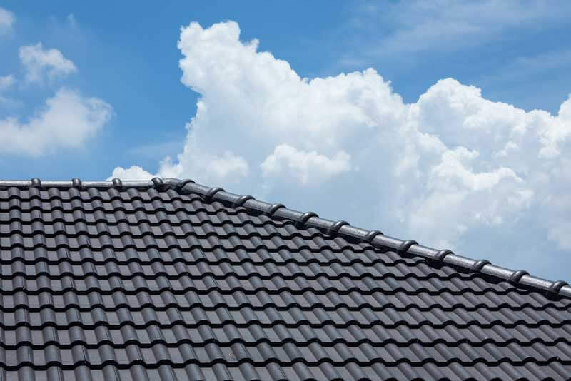Donkere dakpannen op het dak